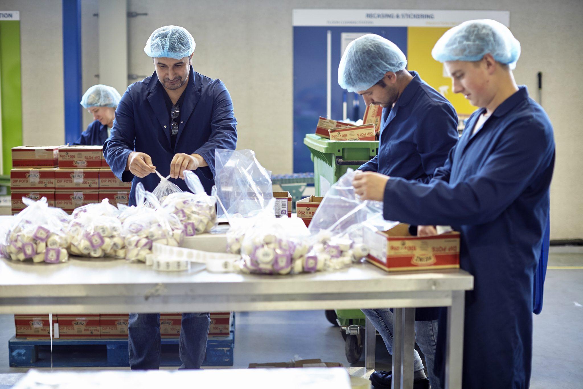 Werken bij Na-Nomi co-packing en stickeren van goederen voor onze klanten