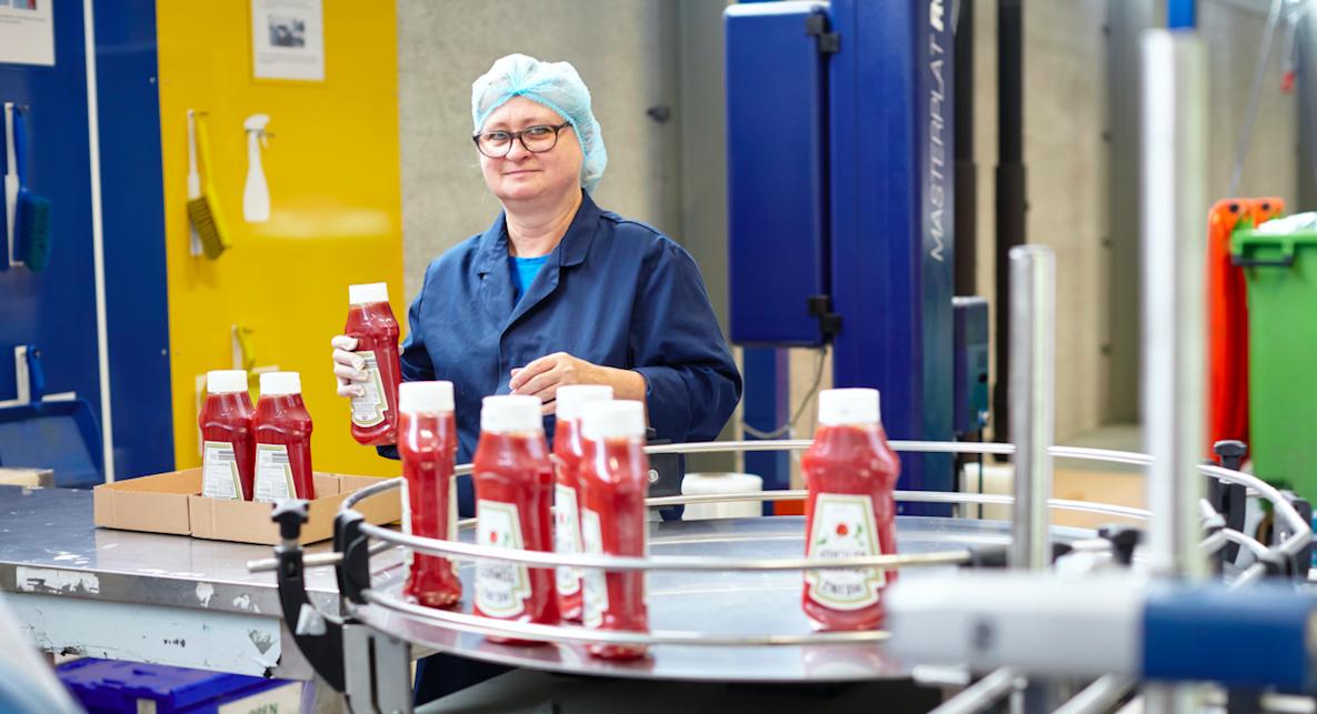 Werken bij Na-Nomi co-packing en controleren van ketchup fles voor KraftHeinz